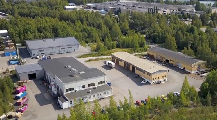 HT Laser Tampereen yksikön kolme tehdashallia ja pihapiiri ilmasta kuvattuna